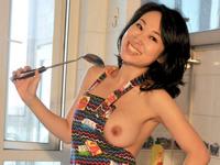 中国ヌードモデルの裸エプロン画像