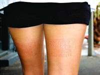 ニュージーランドに街中の女性の太ももを自社の広告にしちゃうアイデア・ベンチ登場