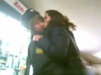 ロシアのゲリラアート集団が女性警官にキスを浴びせて回るパフォーマンスを実行
