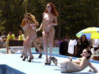 美女が全裸で登場するヌーディストクラブのイベント「Nudes-A-Poppin」の画像