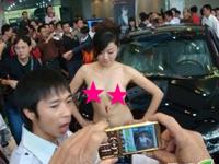 上海モーターショー2011に全裸のコンパニオンが登場?