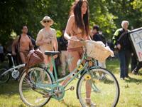 裸で自転車に乗る「World Naked Bike Ride 2011」が世界各地で開催