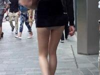 ミニスカートというよりもうパンティ露出状態な美女が街中を歩いていたらしい