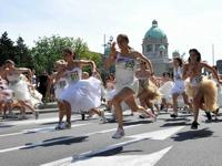 セルビアでウエディングドレス・レース開催