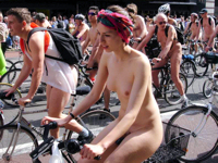 裸で自転車に乗る「World Naked Bike Ride」のおっぱい画像特集1