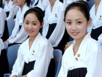 北朝鮮の美人応援軍団の美人双子が平壌の警察官に就任