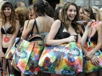「下着で来店したらタダで服あげます!」 Desigualがキャンペーンをチェコでも開催