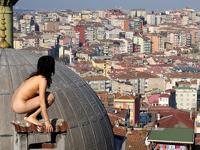 世界の都市の写真に自身もヌードで写る韓国系アメリカ人芸術家ミル・キム
