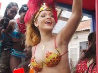 Rihanna(リアーナ)がセクシーコスチュームで祖国のパレードに参加