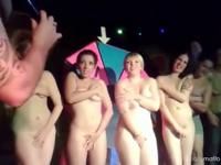 クラブのゲームでストリップすることになり全裸されちゃう女性たちの動画