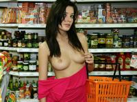 スーパーマーケット店内で露出してる美女のヌード画像