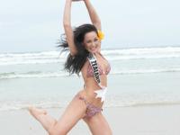 ミス・ユニバース2011各国代表が水着姿でビーチに登場しビーチバレーやビーチサッカー