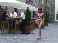 美女が全裸で街中を歩いているセクシー動画