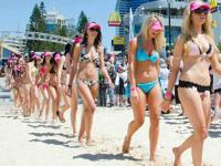 オーストラリアで357人のビキニ美女が「世界で最も長いビキニ姿のパレード」のギネス世界記録