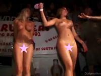コンテストに参加してる2人の女性が決意してパンティを脱いでるセクシー動画