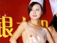 香港で透明なエプロンを使った「裸エプロン」が登場!?