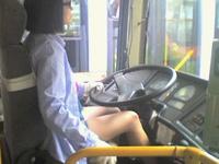 セクシー過ぎるバスの美人運転手?