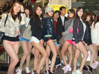 """台湾美女20人が""""ノーパンツデー2012""""に美腿を露出して台北の地下鉄に登場"""