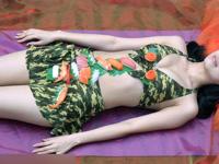中国のグルメフェスティバルに女体盛りが登場