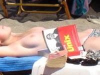 ヌーディストビーチでUnix本を読む女性を発見