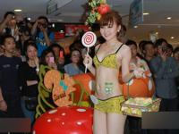 香港のショッピングセンターで下着ショー開催