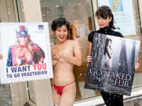 クリスチャン・セラトスがPETA「毛皮?裸でいいわ」キャンペーンのヌードポスターを披露