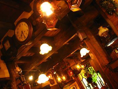 古いランプと時計がいっぱい