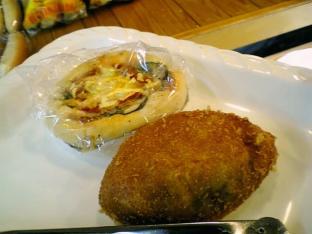 駿河屋でカレーパンとピザのパン002