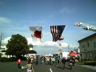 米海軍厚木航空施設)日米親善桜祭り2-4JUMBOセットメニューのハンバーガー017