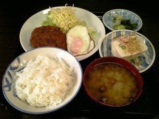 山田ホームレストラン本日の定食Bビーフコロッケ 目玉003