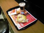 マクドナルド チーズ月見バーガー、アイスカフェラテ001