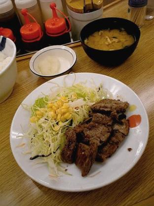 松屋大和店で松屋角切りステーキ定食690円。(大盛、特盛無料サービス時)3