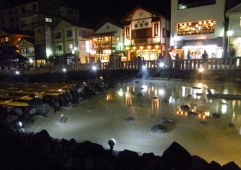 湯畑_夜のライトアップ2