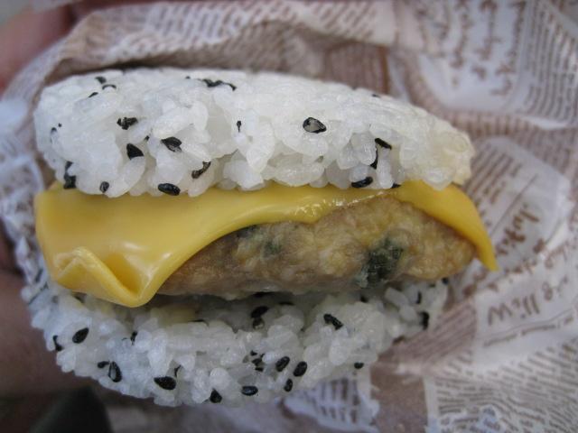 純和鶏つくねのチーズライスバーガー20100701-04