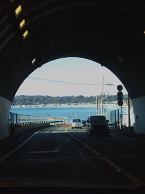 トンネルを抜けた先に広がる海原