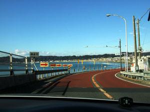 澄んだ青空とコバルトに輝く海のコントラストが美しい