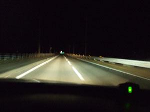 ハイビームすら闇に掻き消される深夜の直線路