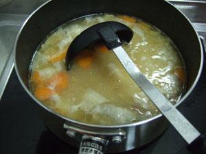 シチューの余った材料を流用し、豚汁をたっぷり作る