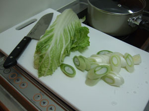 長ネギ、白菜をざく切りしていく