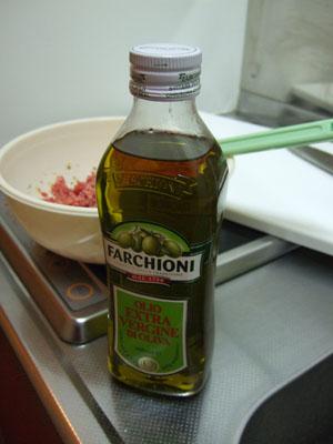 挽肉を入れる際、少量のエキストラヴァージンオイルを入れて、まろやかさを出す狙い