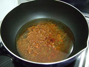 まずは水とスープをフライパンに入れて加熱