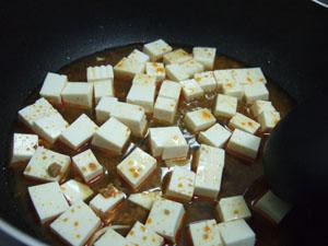 スープが一煮立ちしたところで豆腐を入れる