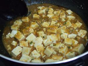 豆腐を入れてから、さらに一煮立ちしたら、とろみをつけて再加熱し出来上がり♪