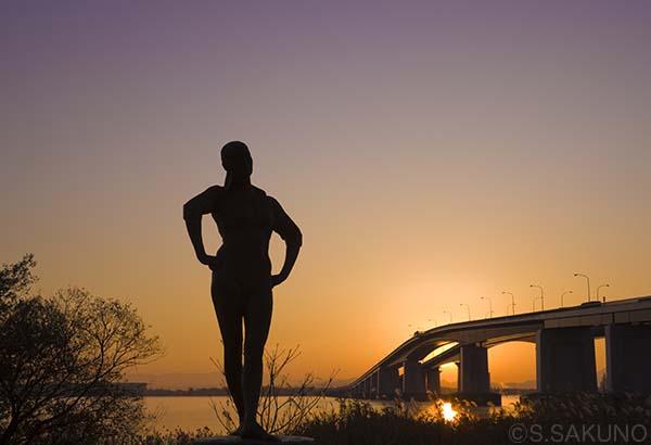 _____琵琶湖大橋の朝日024W6192