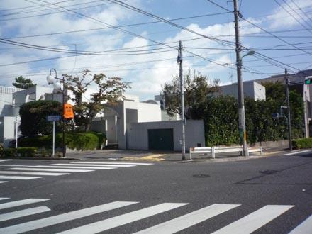 成城バス停前の家①