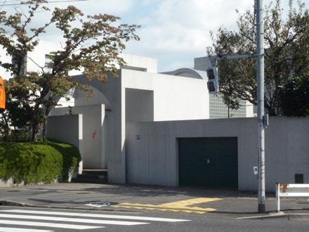 成城バス停前の家②