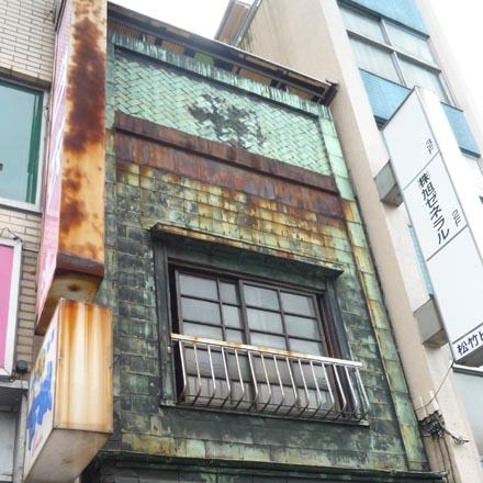 東上野3-39銅板葺の洋品店見上げ