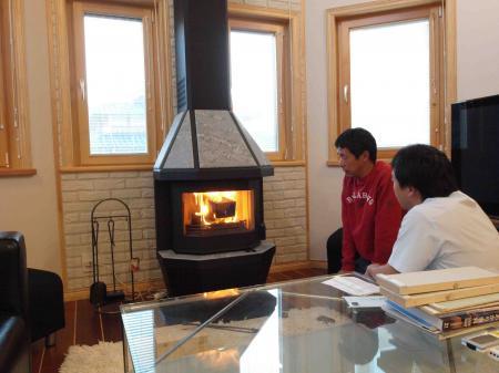 暖炉に火をつけるあちき
