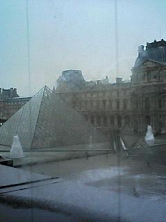 ルーブルの窓から眺めたピラミッド
