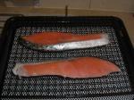 鮭を網焼き